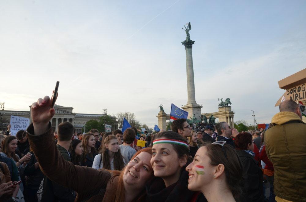 Ágnes a jej kamarátky z univerzity na proteste. FOTO N - Mirek Tóda