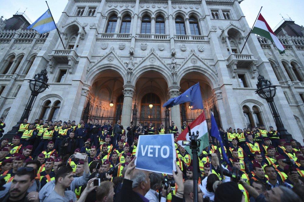 Demonštrácia na podporu Stredoeurópskej univerzity v Budapešti. Foto - AP
