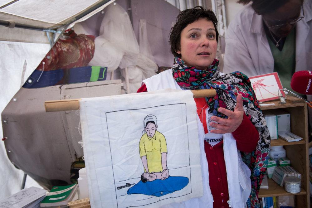 Jitka Kosíkova vysvetľuje, ako učia na misiách matky, ako sa starať o dieťa a jeho hygienu. Foto Denník N - Vladimír Šimíček