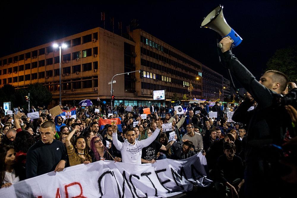 Mladí protivládni demonštranti v Novom Sade. Foto N – Vladimír Šimíček