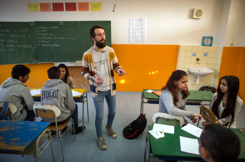 Učiteľ nesedí pri tabuli, chodí po triede a komunikuje s deťmi. Foto N - Tomáš Benedikovič