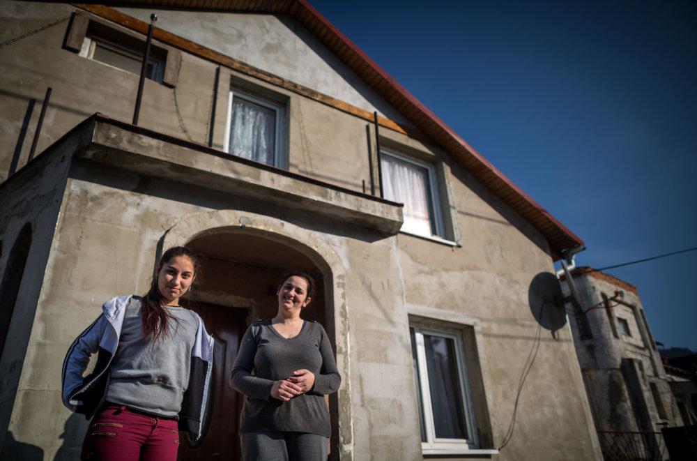 Margita s mamou pred ich domom. Foto N - Tomáš Benedikovič