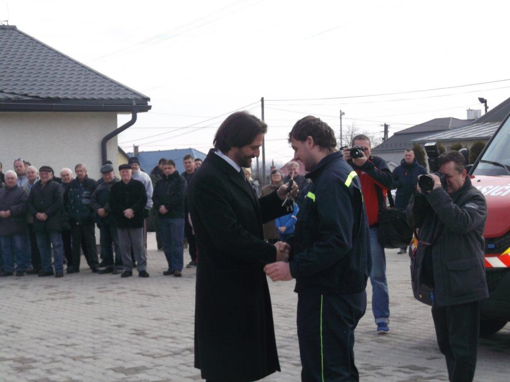 Odovzdávanie hasičského auta v obci Hraň