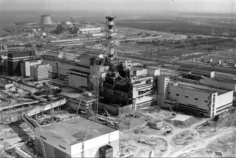 Na archívnej leteckej snímke z roku 1986 je poškodený štvrtý energoblok po výbuchu a požiari. Atómovú elektráreň V.I. Lenina v Černobyli uviedli do prevádzky 27. septembra 1977. Krátko po polnoci 26. apríla 1986 v nej došlo k explózii, v dôsledku ktorej bola porušená aktívna zóna reaktora. Rádioaktívny mrak postupne kontaminoval celú Európu: jeho účinok sa najviac prejavil v okolí Černobyľa, v priľahlých častiach Ukrajiny, Bieloruska a v Rusku. V Bielorusku bol radiáciou postihnutý každý piaty obyvateľ. Dostupné materiály uvádzajú, že nad územím bývalého Československa preletel celkovo trikrát: 30. apríla, 3.-4. mája a 7. mája 1986. K najzamorenejším oblastiam na území Slovenska patrili okresy na juhu Slovenska a okresy Stará Ľubovňa a Dolný Kubín. Foto - TASR/AP