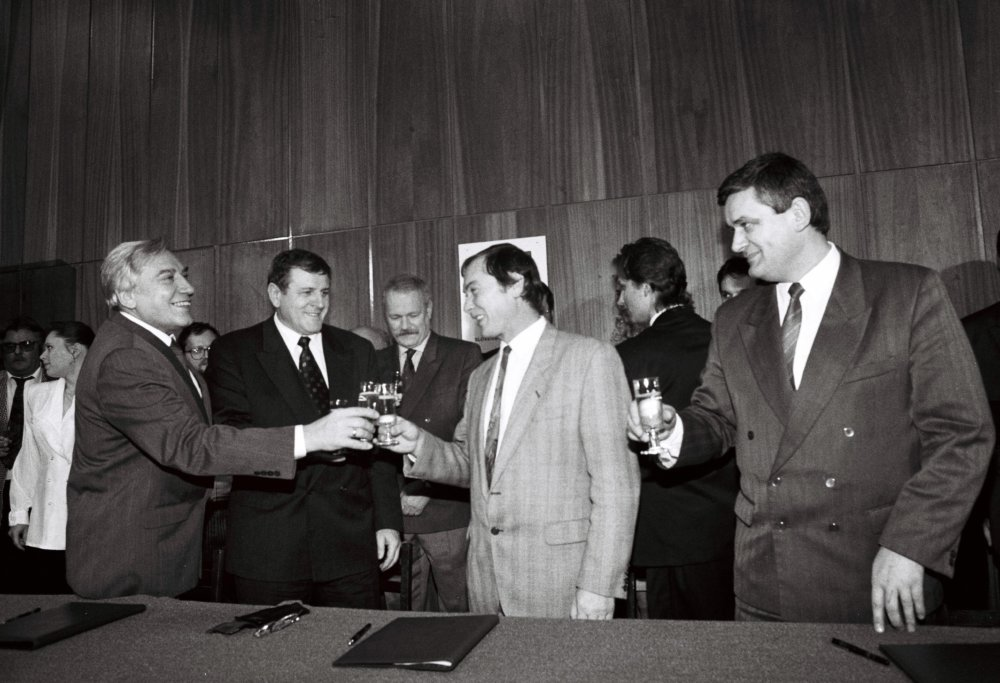 Mečiarova koalícia so Slotom a Ľuptákom po podpise koaličnej zmluvy v roku 1994. Vľavo je Pavol Delinga z Roľníckej strany Slovenska, ktorá šla do volieb s HZDS. foto - archív tasr