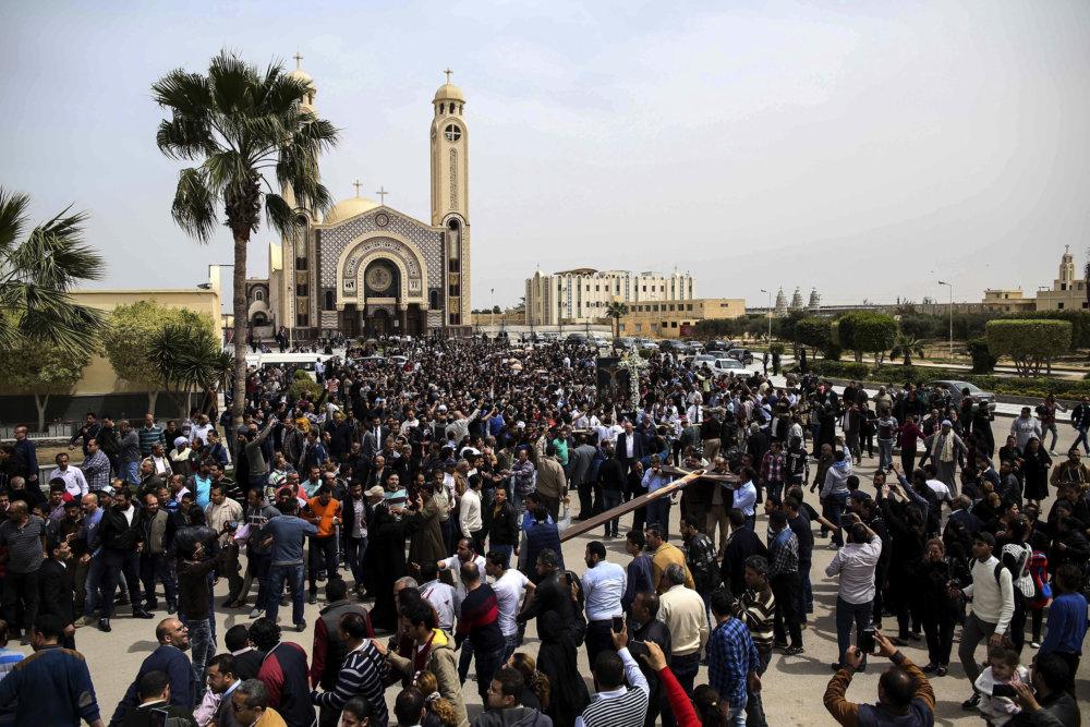 Pohreb obetí teroristického útoku na kostol v Alexandrii počas Kvetnej nedele. FOTO - AP