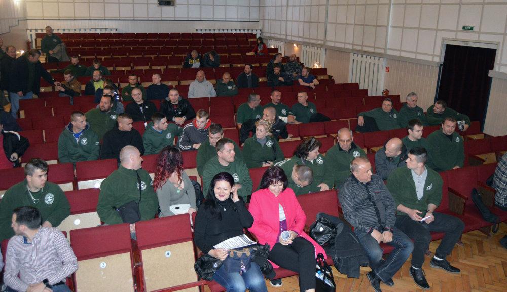Kotlebovci pred diskusiou Zabudnutého Slovenska v Kežmarku. foto N - Daniel Vražda