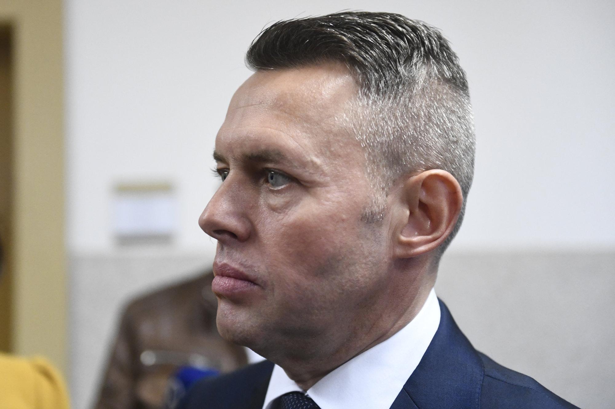 Bývalý poslanec Smeru Jánoš ženu a dcéru netýral, rozhodol okresný súd v Prievidzi – Denník N