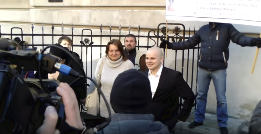 Súdia Kotlebovho poslanca Mazureka pre rasistické reči, demonštrovať zaňho prišli stovky ľudí – Denník N