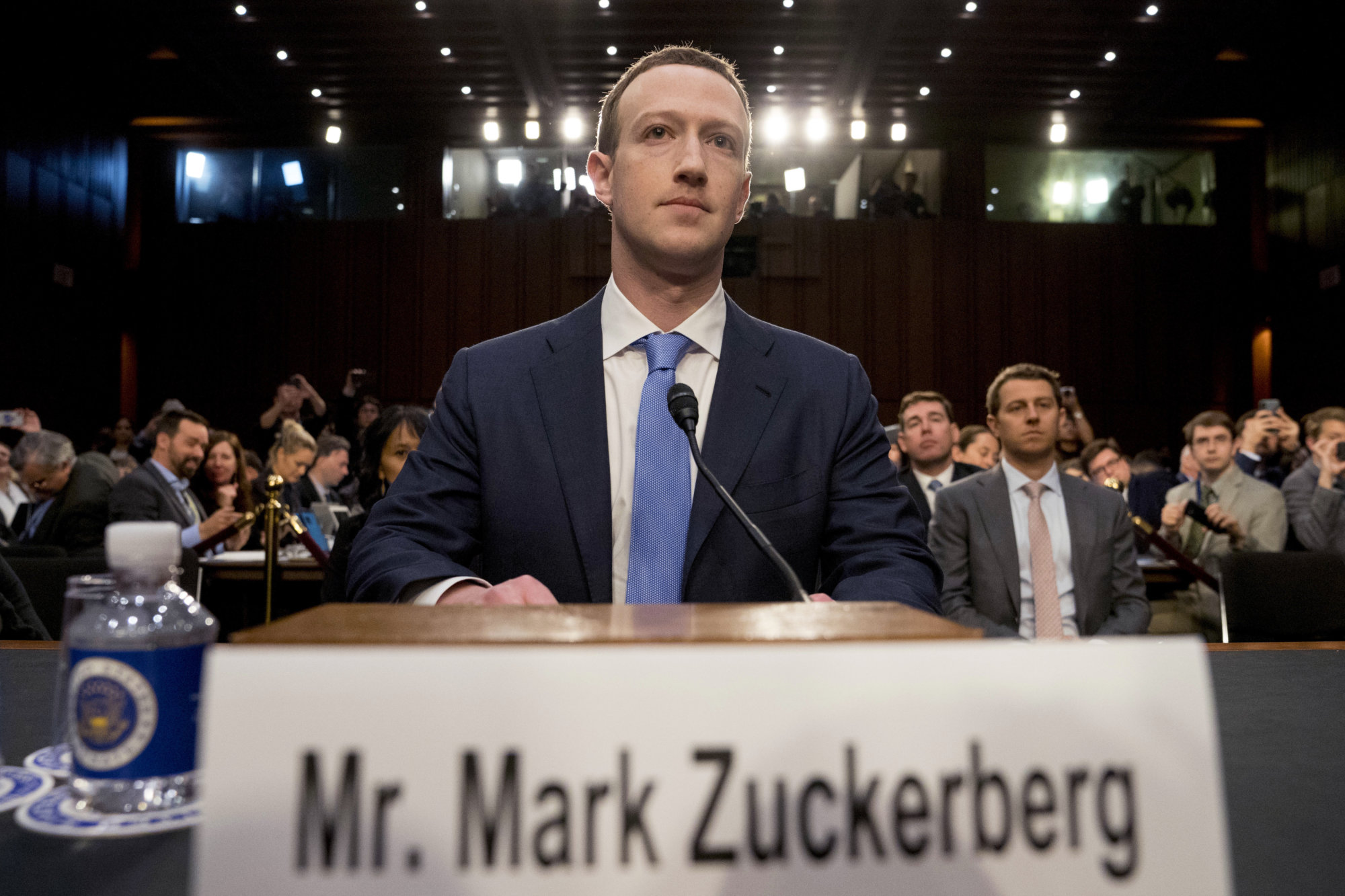 Zuckerberg sa po škandále s dátami v kongrese ospravedlňoval a priznal chyby – Denník N