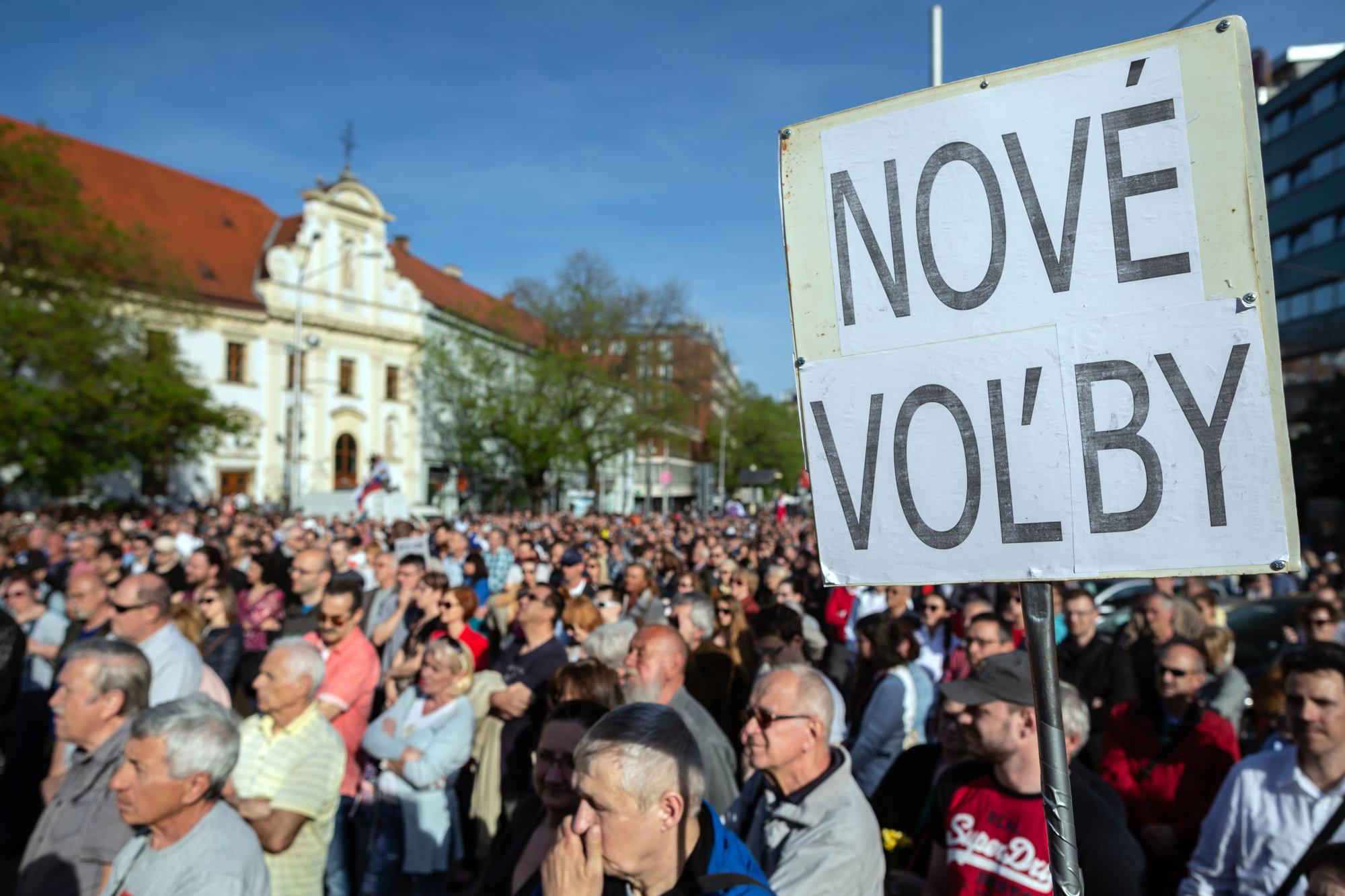 Na námestí žiadali predčasné voľby tisíce ľudí, aj keď sa organizátori protestu zmenili – Denník N