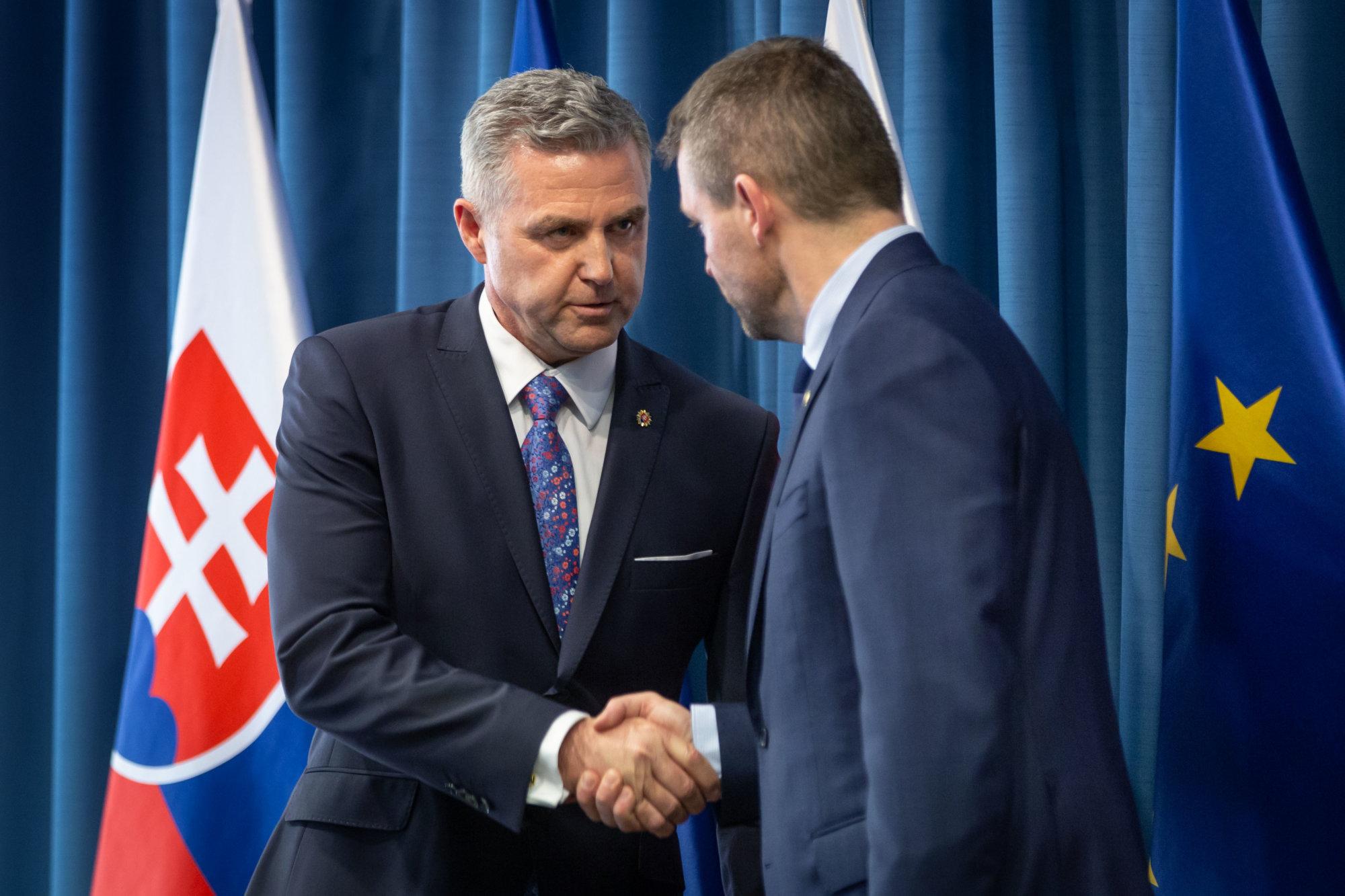 Newsfilter: Po mesiaci a pol Gašpar súhlasil, že o mesiac a pol odíde – Denník N