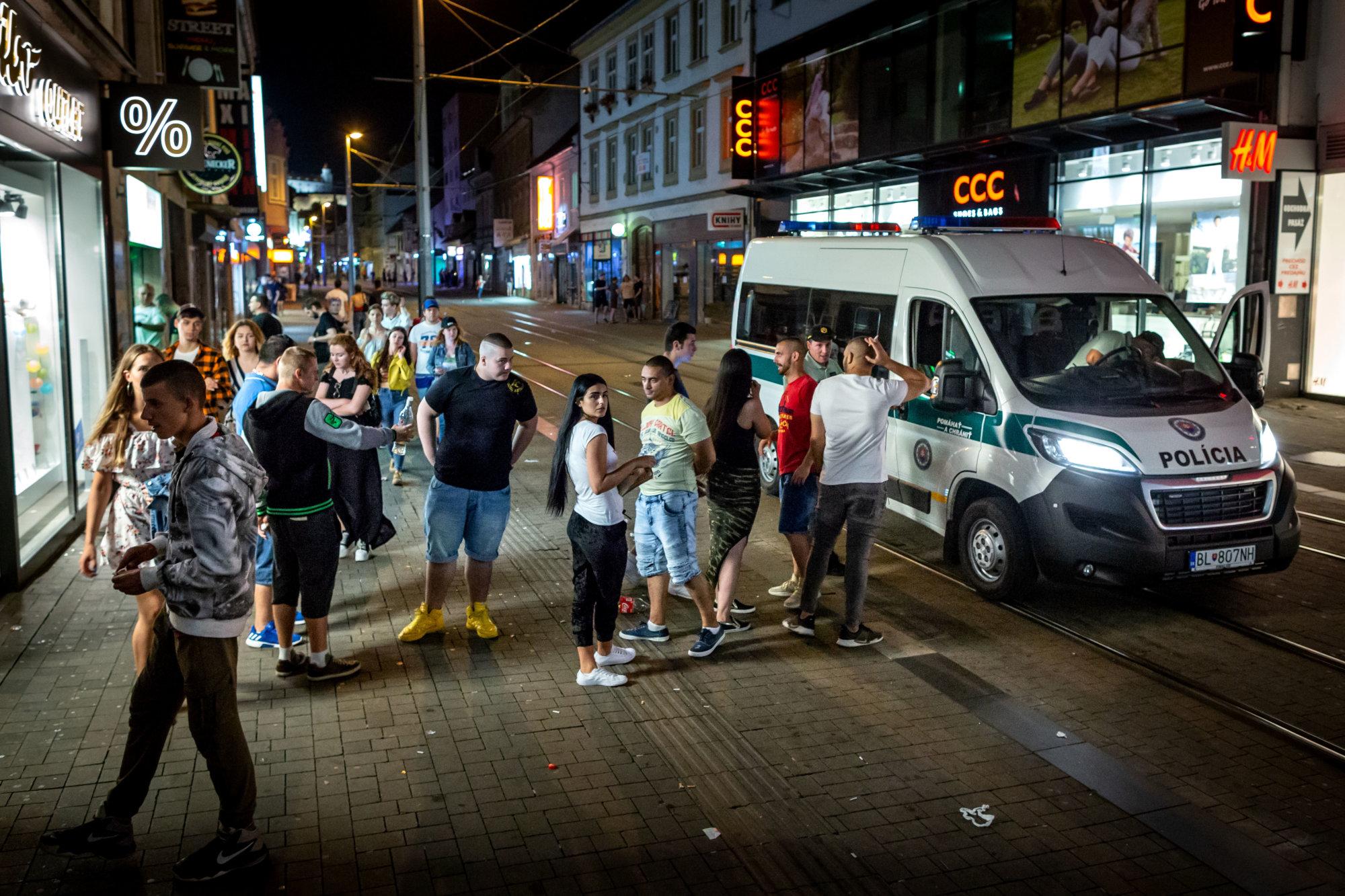 Obyvatelia chceli na Obchodnej karavan mestskej polície, mesto ani polícia to nepotvrdili – Denník N