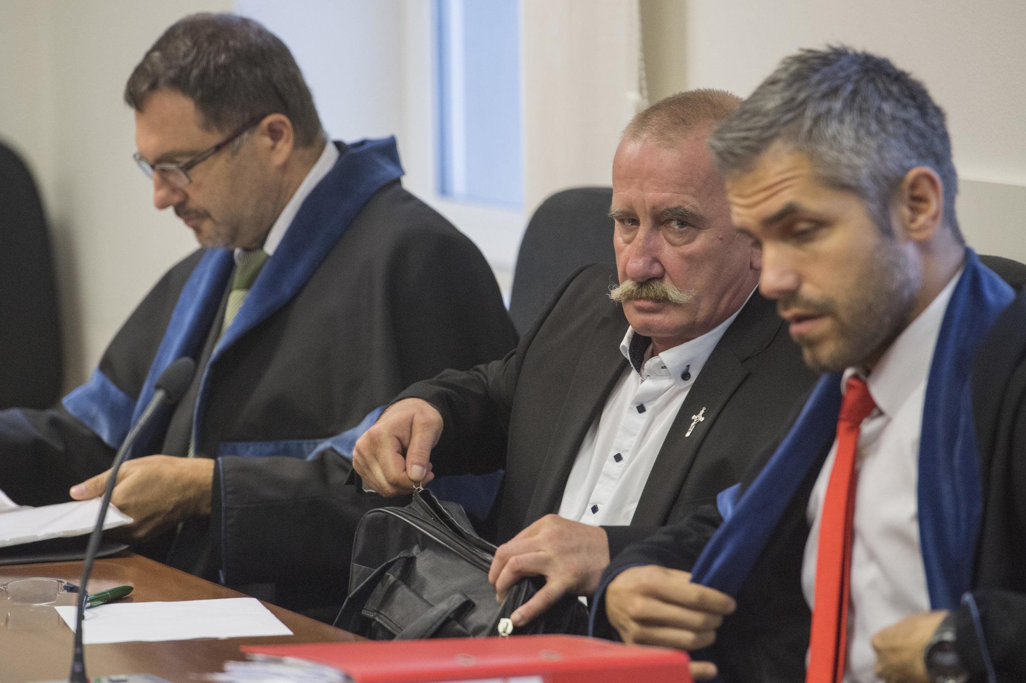 Kotlebovho poslanca Stanislava Mizíka oslobodili, za facebookový status o Židoch nebude pykať – Denník N