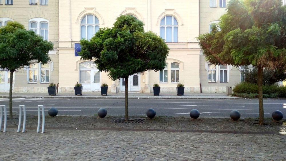 Kvetináče pred historickou budovou mestského úradu.