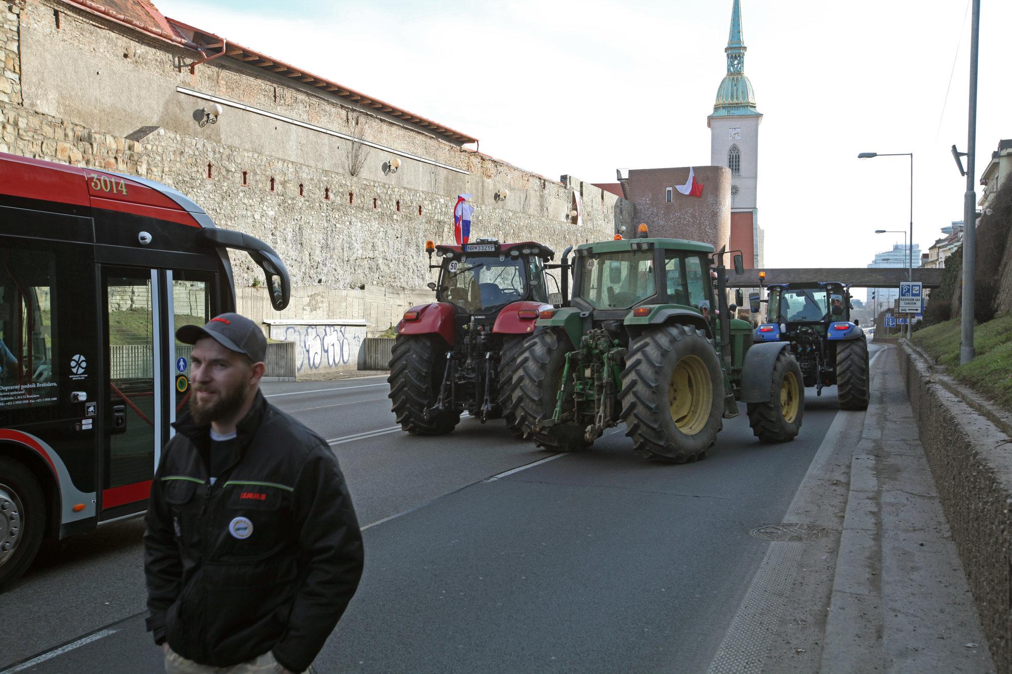 Farmári už nebudú blokovať Bratislavu, idú domov asľubujú veľký štrajk - Denník N