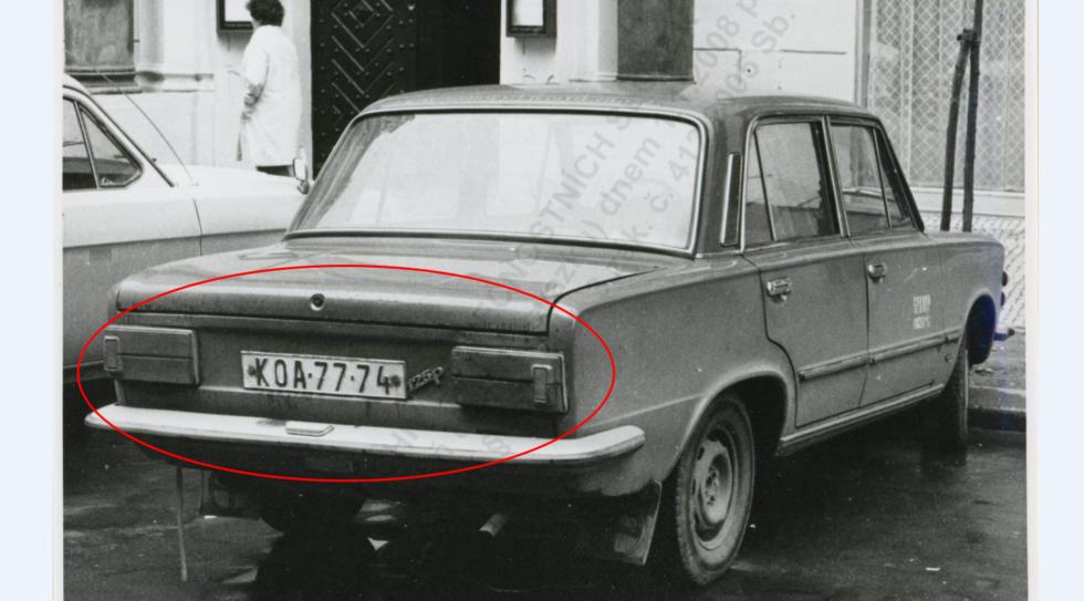 Fiat 125 P s vodorovne uloženými zadnými svetlami