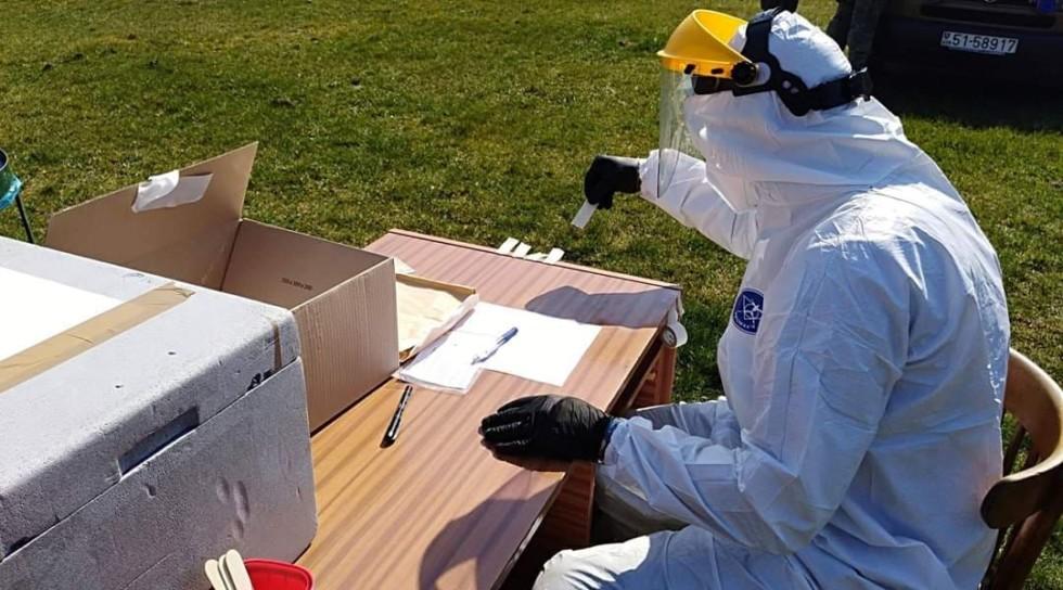 Lekár testuje v Jelšave ľudí na korona vírus