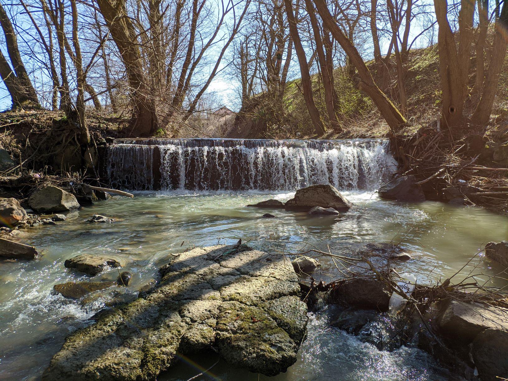 Odstránenie bariéry na rieke Hučava možno podporiť aj na crowdfundingovom webe Remove the Dams in Europe. Hučava pramení pod Veľkou Poľanou, okrem rybej populácie sa tu vyskytuje i rak riečny a vydra riečna. Stupeň predstavuje prekážku nielen pre voľne žijúce vodné organizmy ale aj prirodzený tok sedimentov a rozpustných látok. Foto: Miro Očadlík