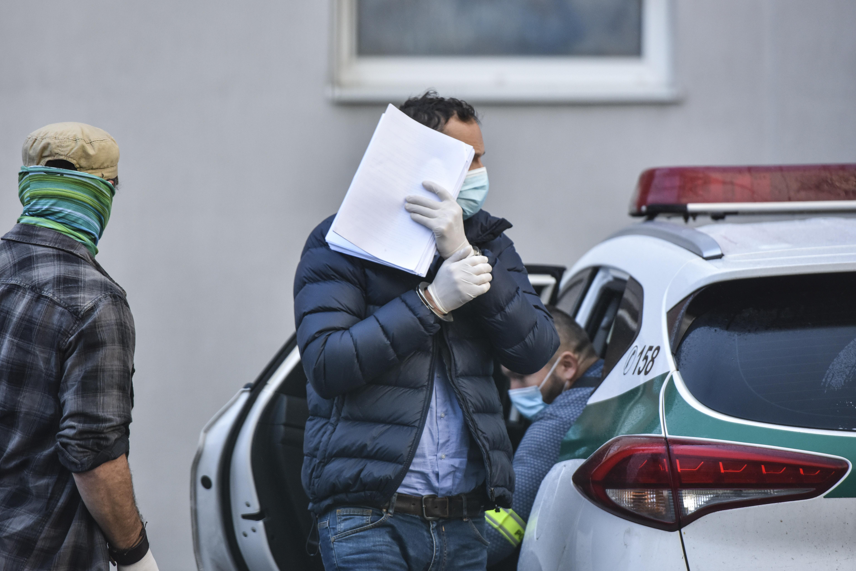 Policajná eskorta priváža obžalovaného bývalého predsedu Okresného súdu Bratislava III. Davida Lindtnera. FOTO TASR - Pavol Zachar