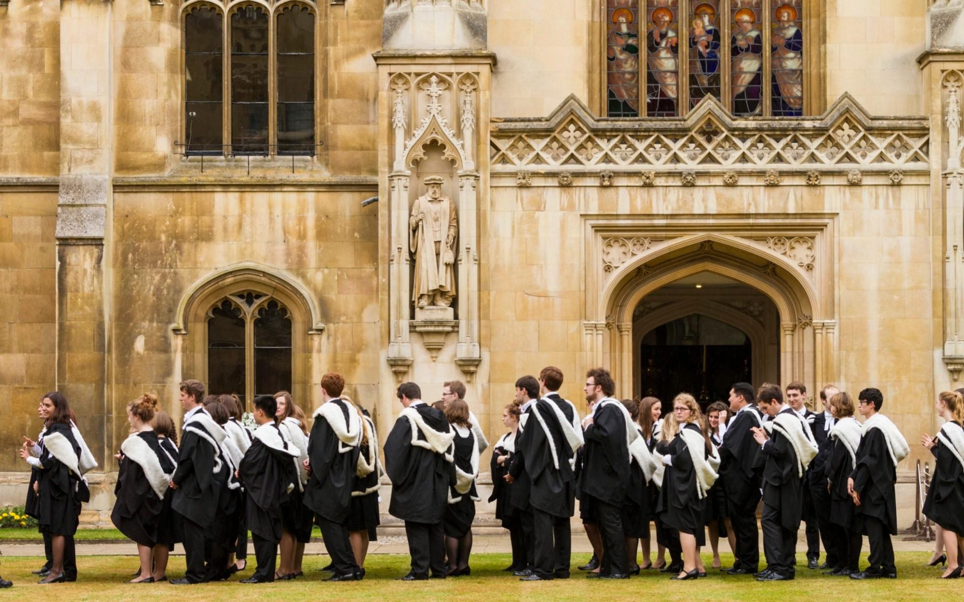 Zástup študentov a študentiek na promócii z britskej University of Cambridge