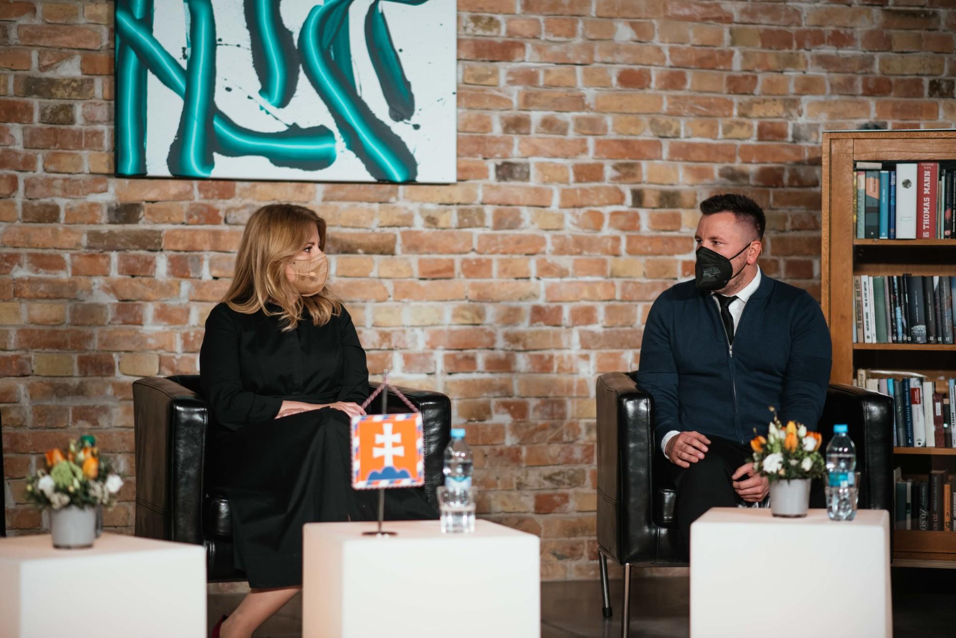 Prezidentka SR Zuzana Čaputová počas diskusie s M. Madrom na Festivale pre dušu (zdroj: Nadácia Orange)