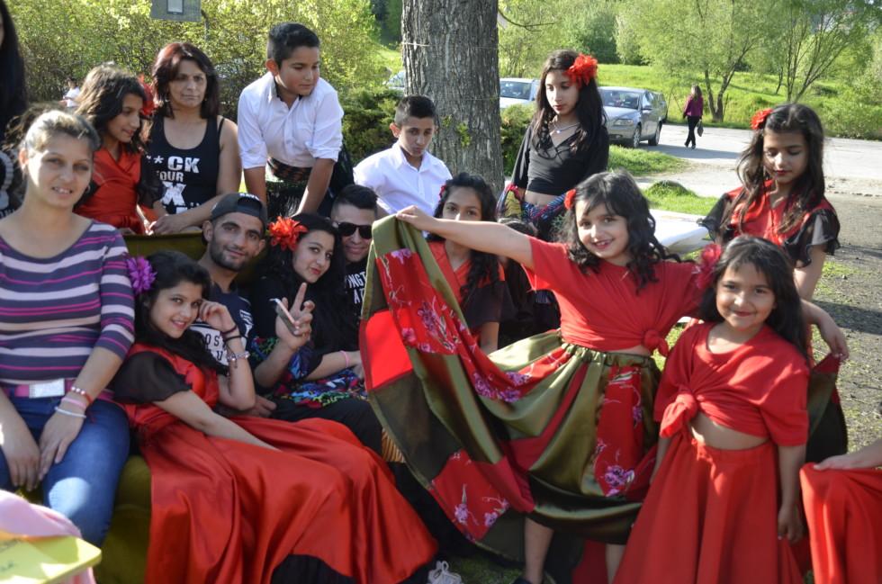 Silvia (vľavo) a detský rómsky súbor na vystúpení na podujatí EKODEŇ v Sásovej v Banskej Bystrici