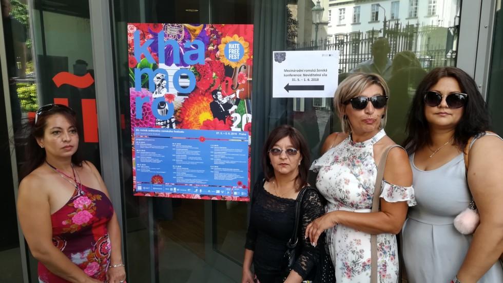 Komunitná organizátorka Maja Koledová (vľavo), na Medzinárodnej Rómskej ženskej konferencii